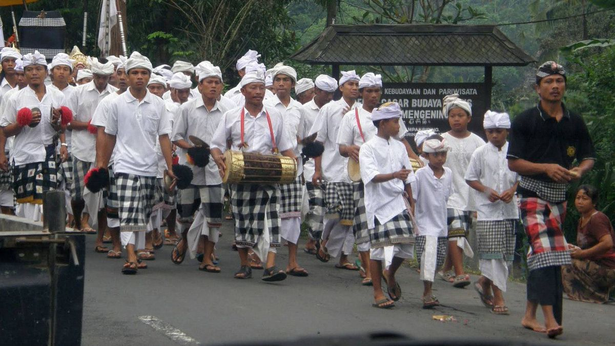 Angela Campagna photo: Bali Street Procession - A holiday street procession in Ubud, on the island of Bali, Indonesia (May 2010)