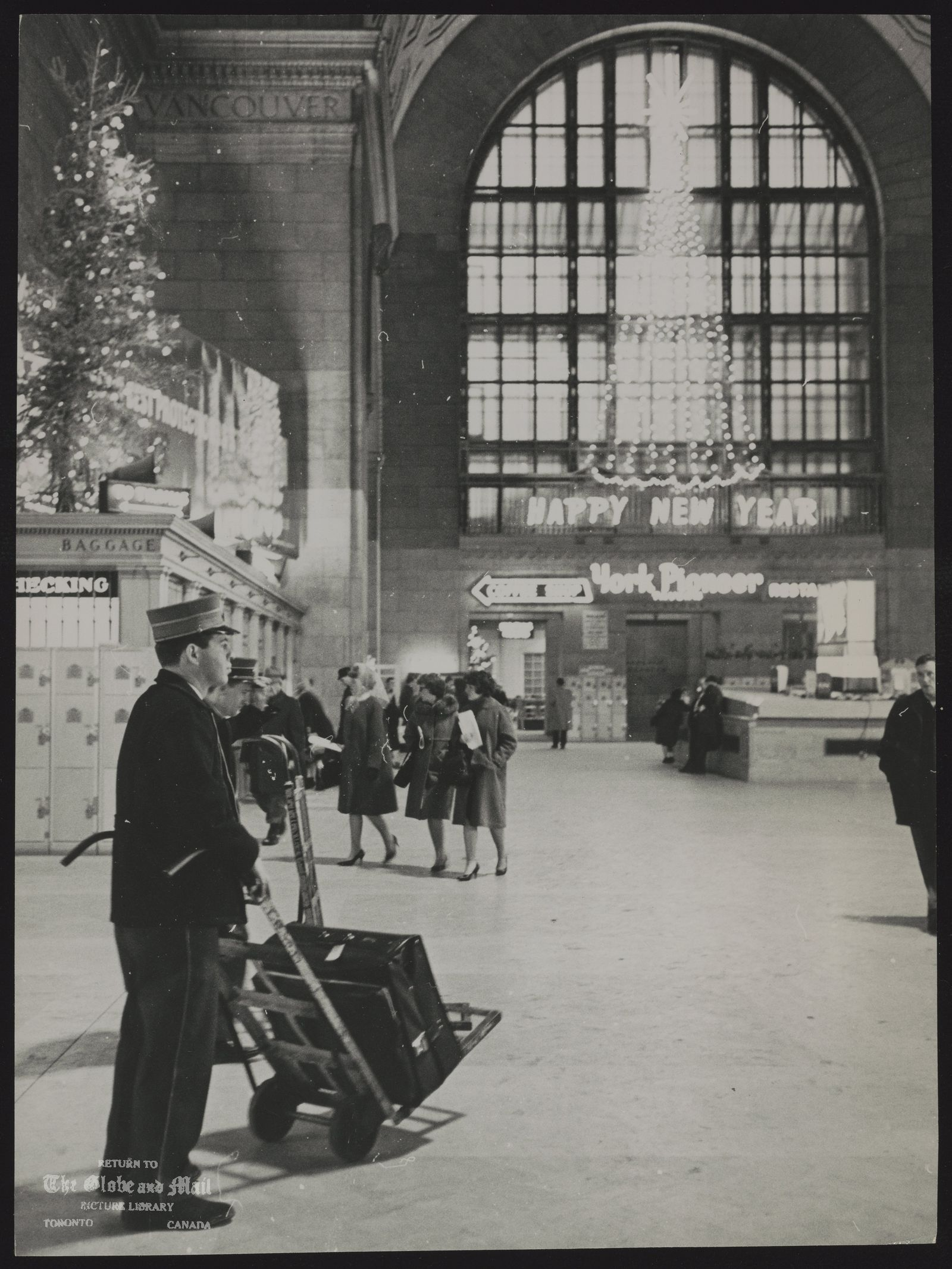 The notes transcribed from the back of this photograph are as follows: UNION STATION (Toronto) December 1963. no cutline information