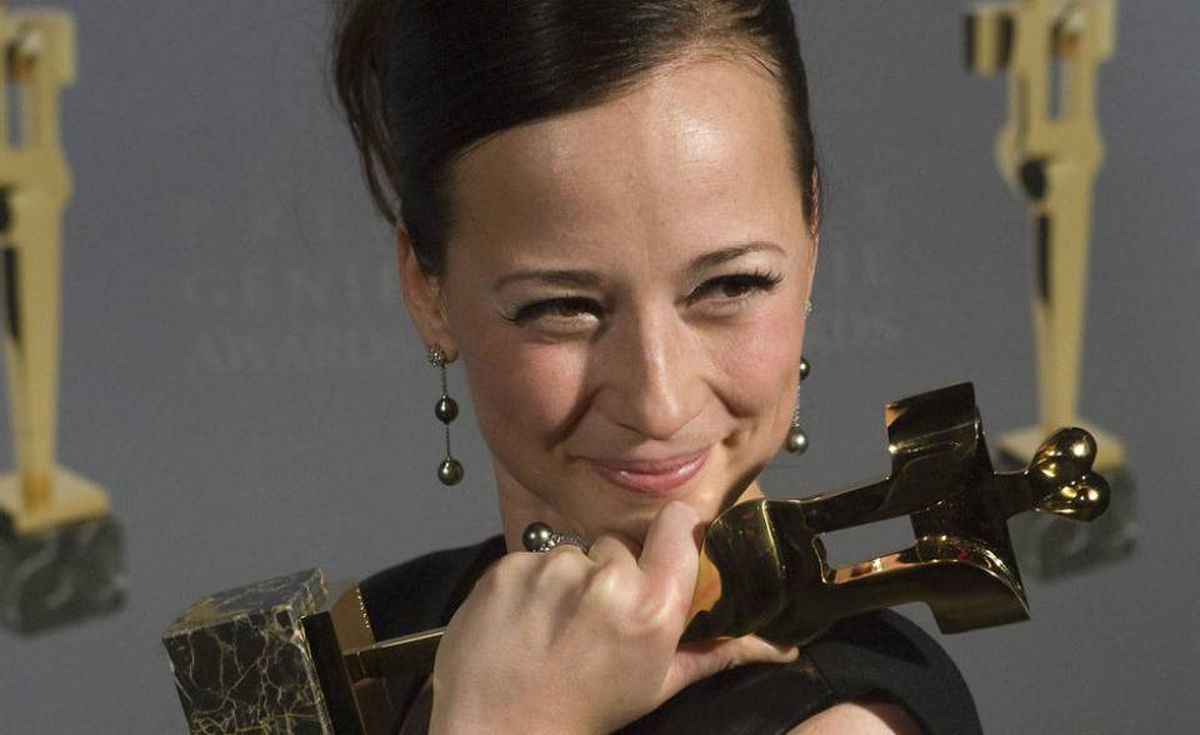 Karine Vanasse with her award for best Performance by an Actress in a Leading Role for the movie Polytechnique at the 30th Genie Awards Gala in Toronto.