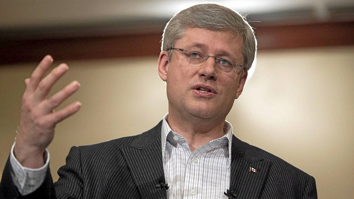 Canadian Prime Minister Stephen Harper speaks to a crowd during a campaign event in Richmond, British Columbia April 17, 2011. REUTERS/Ben Nelms (CANADA - Tags: POLITICS ELECTIONS)