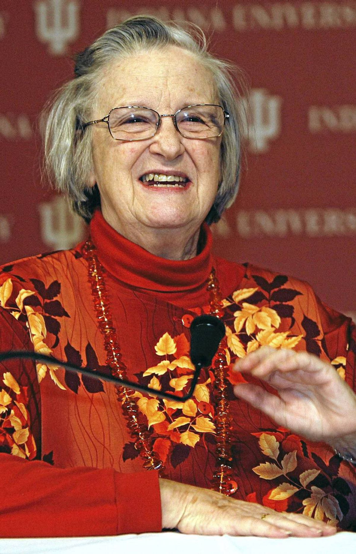 Elinor Ostrom First woman to win the Nobel Prize in economics, in 2009, in its 40-year history for her work on the commons. She is a political scientist rather than economist, though, which means a woman economist has yet to win the economics Nobel Prize.