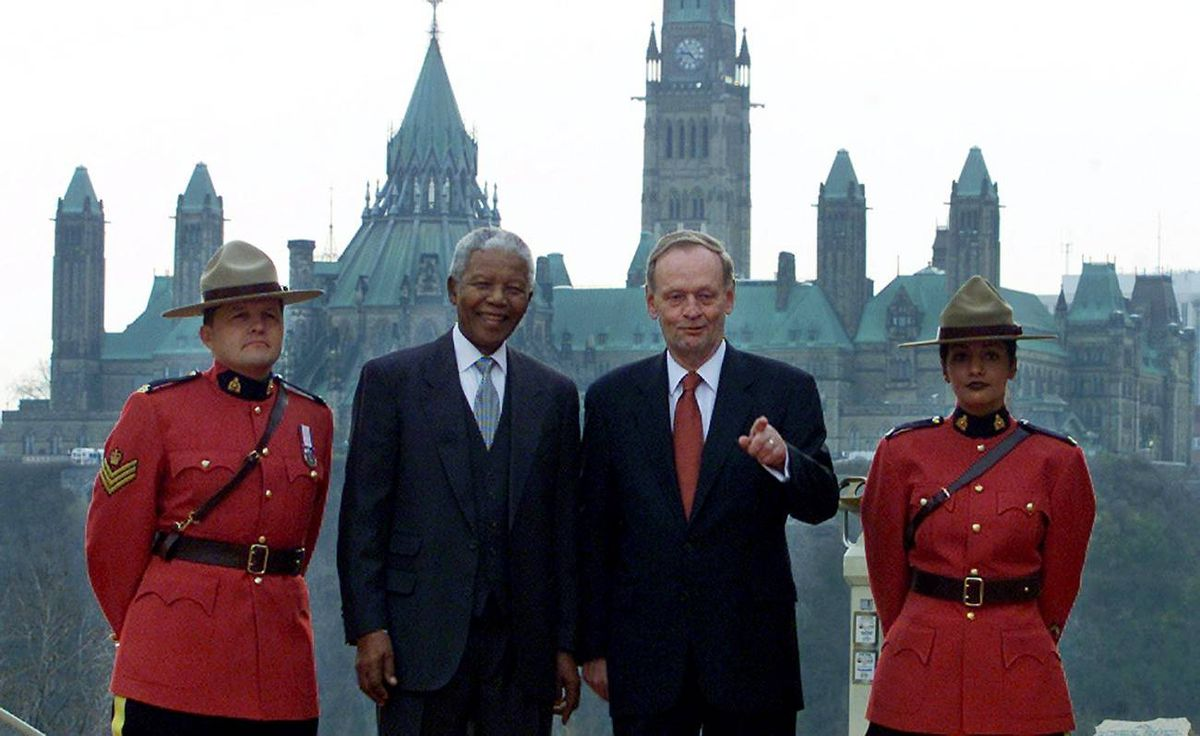 CANADIAN PRIME MINISTER CHRETIEN POSES WITH NELSON MANDELA IN FRONT OF PARLIAMENT BUILDINGS