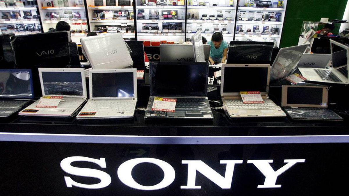 Chinese sales staff talk with customers behind a row of Sony computers for sale at a computer market in Beijing in this June 29, 2009 file photo.
