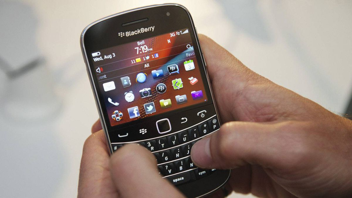 A person uses the Blackberry Bold 9900.