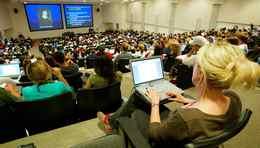 A packed class of 800 first year psychology students listen to a lecture at the University of Western Ontario in London, Ontario September 14, 2006. Photo by Yvonne Berg/Globe and Mail