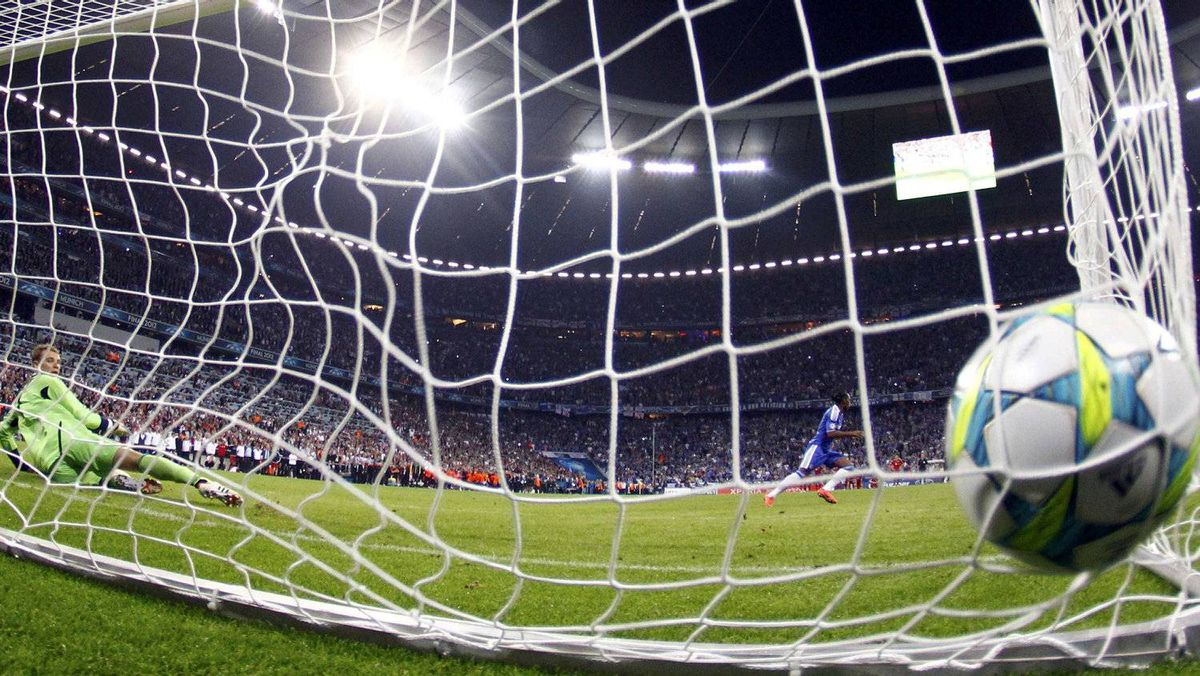 Chelsea's Didier Drogba (R) reacts after scoring the decisive penalty shoot against Bayern Munich's goalkeeper Manuel Neuer (L) during their Champions League final soccer match at the Allianz Arena in Munich May 19, 2012. REUTERS/Michael Dalder