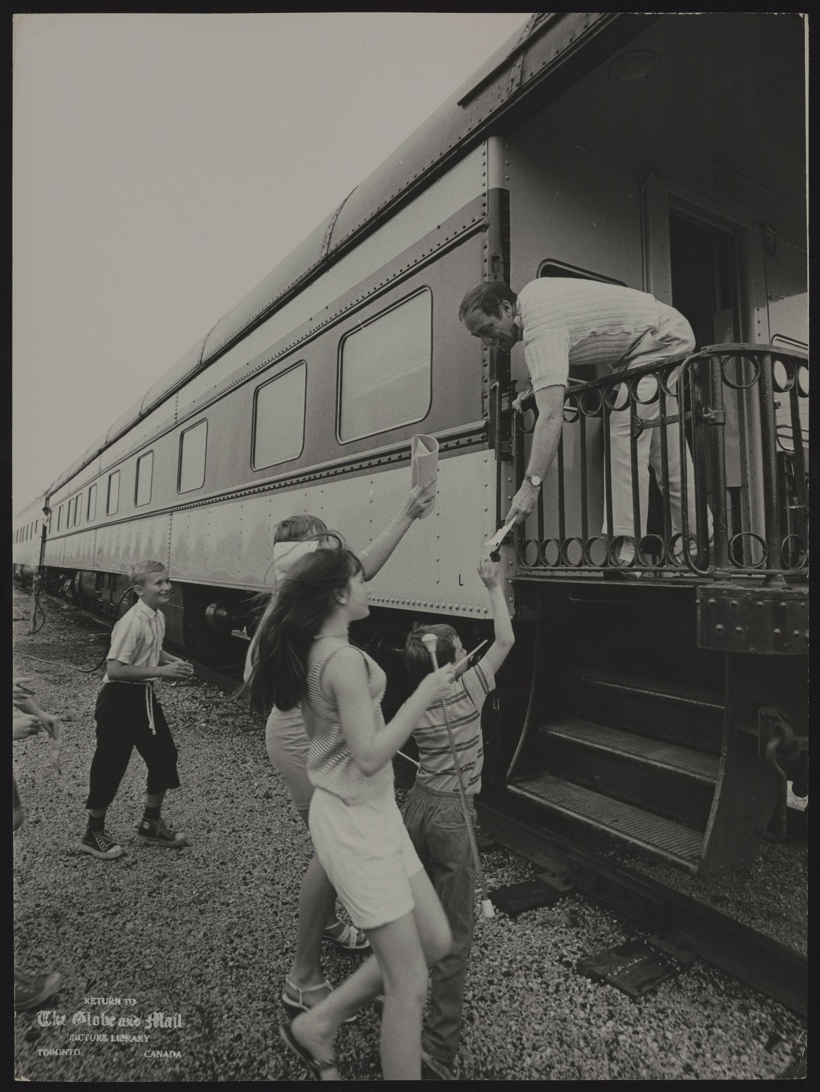 Pierre Elliott TRUDEAU Quebec. Politician (Misc) [Wellwishers run up to greet Prime Minister Trudeau at rear platform of his railway car in Stratford yesterday.]