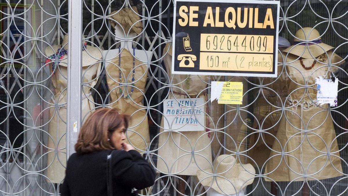 """A woman passes a shop with a sign which reads """"For Rent"""" in Madrid April 27, 2012. Borrowing costs in a debt auction rose on Thursday."""