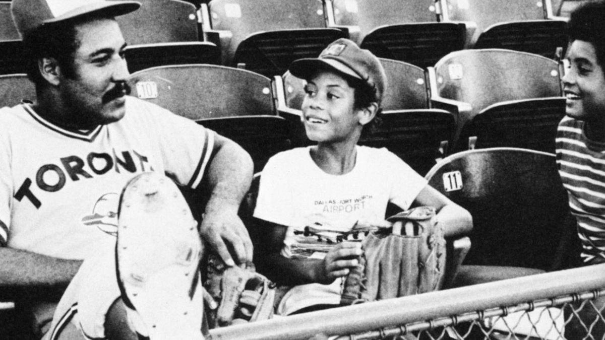 Toronto Blue Jay Otto Velez talks to Roberto Alomar, middle, and his brother Sandy Alomar Jr. in Anaheim in 1977. Credit: Toronto Blue Jays Scorebook Magazine, Courtesy of Louis Cauz.