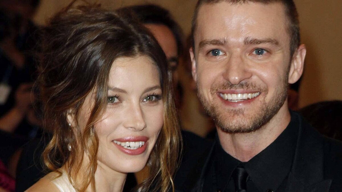 """Actress Jessica Biel and singer Justin Timberlake arrive at the Metropolitan Museum of Art Costume Institute Benefit celebrating the opening of """"American Woman: Fashioning a National Identity"""" in New York May 3, 2010."""