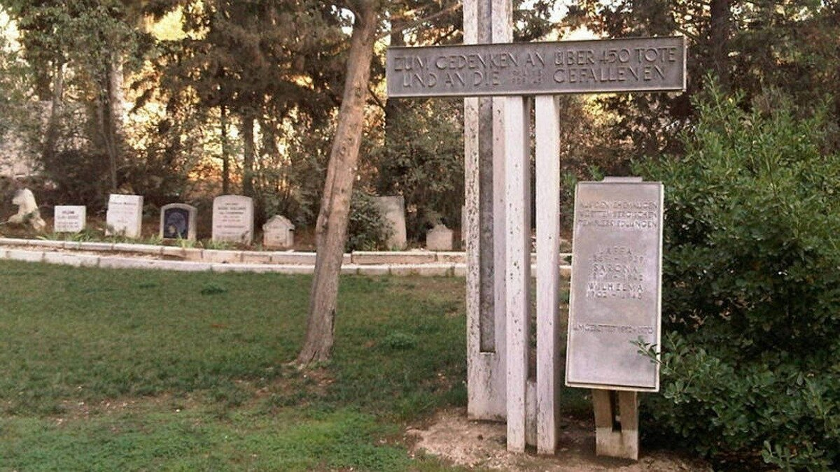 A memorial to the 550 Templers who had lived in Jeruslaem or in other Templer communities near Tel Aviv and Haifa sits in the cemetery.