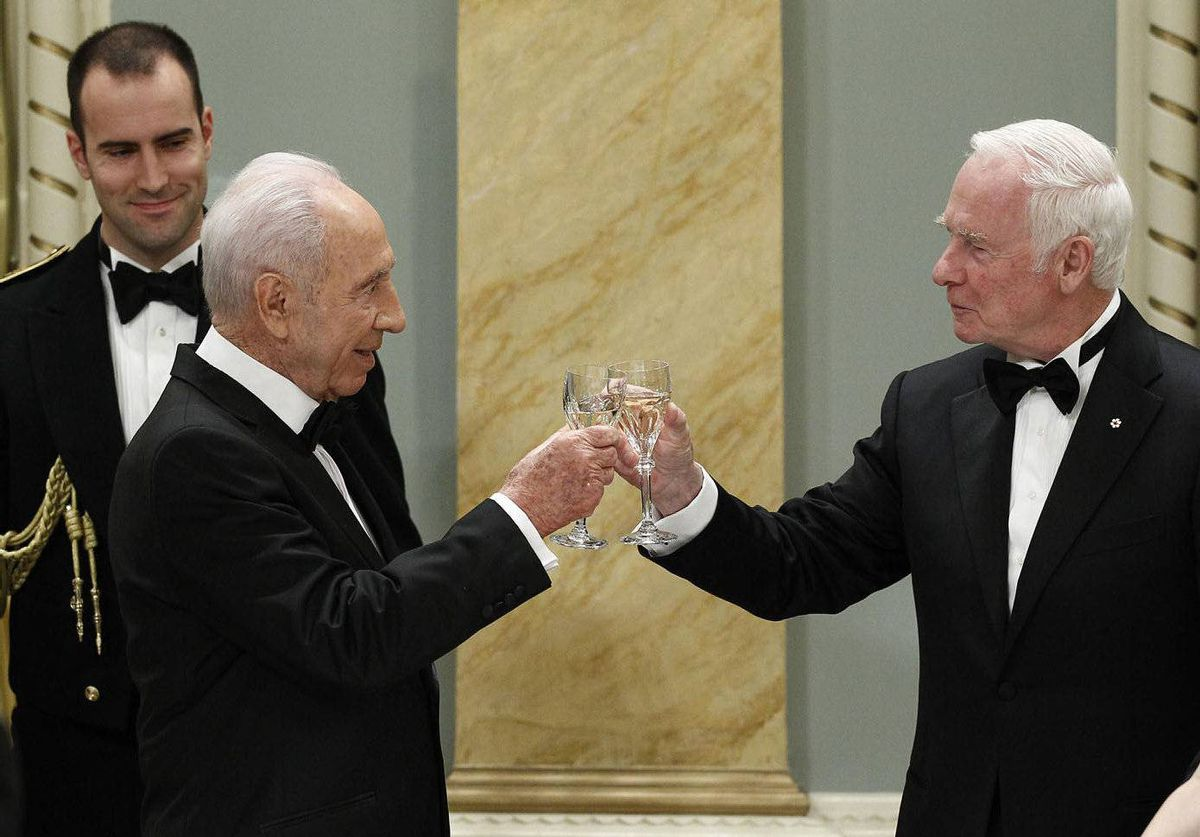 Israel's President Shimon Peres (L) toasts with Canada's Governor General David Johnston during a state dinner at Rideau Hall in Ottawa.