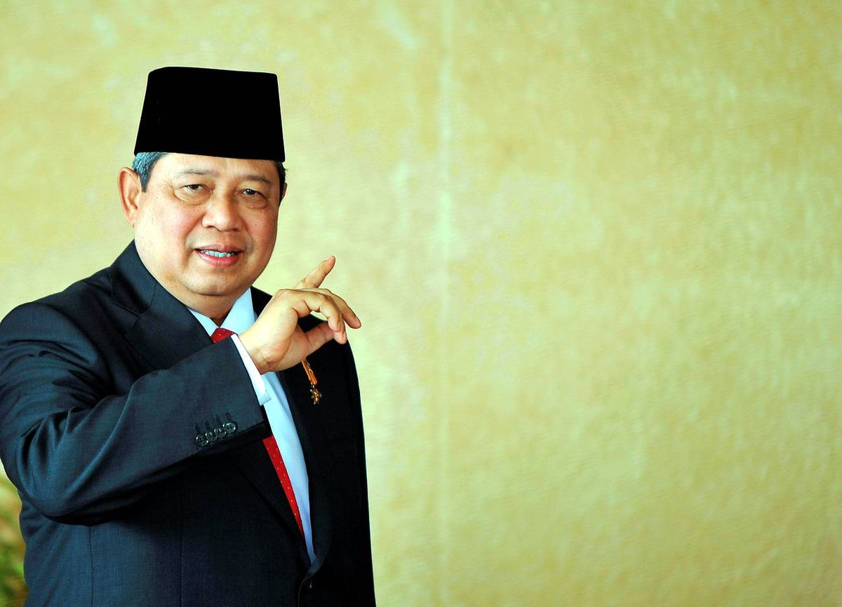 Indonesian President Susilo Bambang Yudhoyono gestures as he arrives at parliament prior to the inauguration of Indonesia's President and Vice-President at parliament on October 20, 2009.