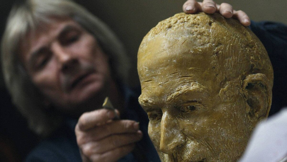 Mr. Toth works on the fine details of the wax head for the statue, commissioned by Gabor Bojar, head of hungarian software maker Graphisoft. When Mr. Bojar started his company in the 1980s, he smuggled four Apple MacIntosh computers through the Iron Curtain.