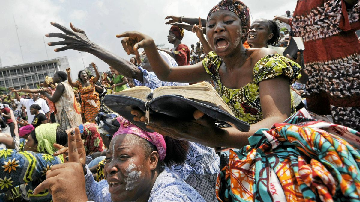 """Christians women attend a prayer for peace on December 27, 2010 at Republic square in Abidjan, as Ivory Coast strongman Laurent Gbagbo warned in an interview today that a French-US """"plot"""" to refuse to recognise him as Ivory Coast's legitimate leader was pushing the country towards civil war."""