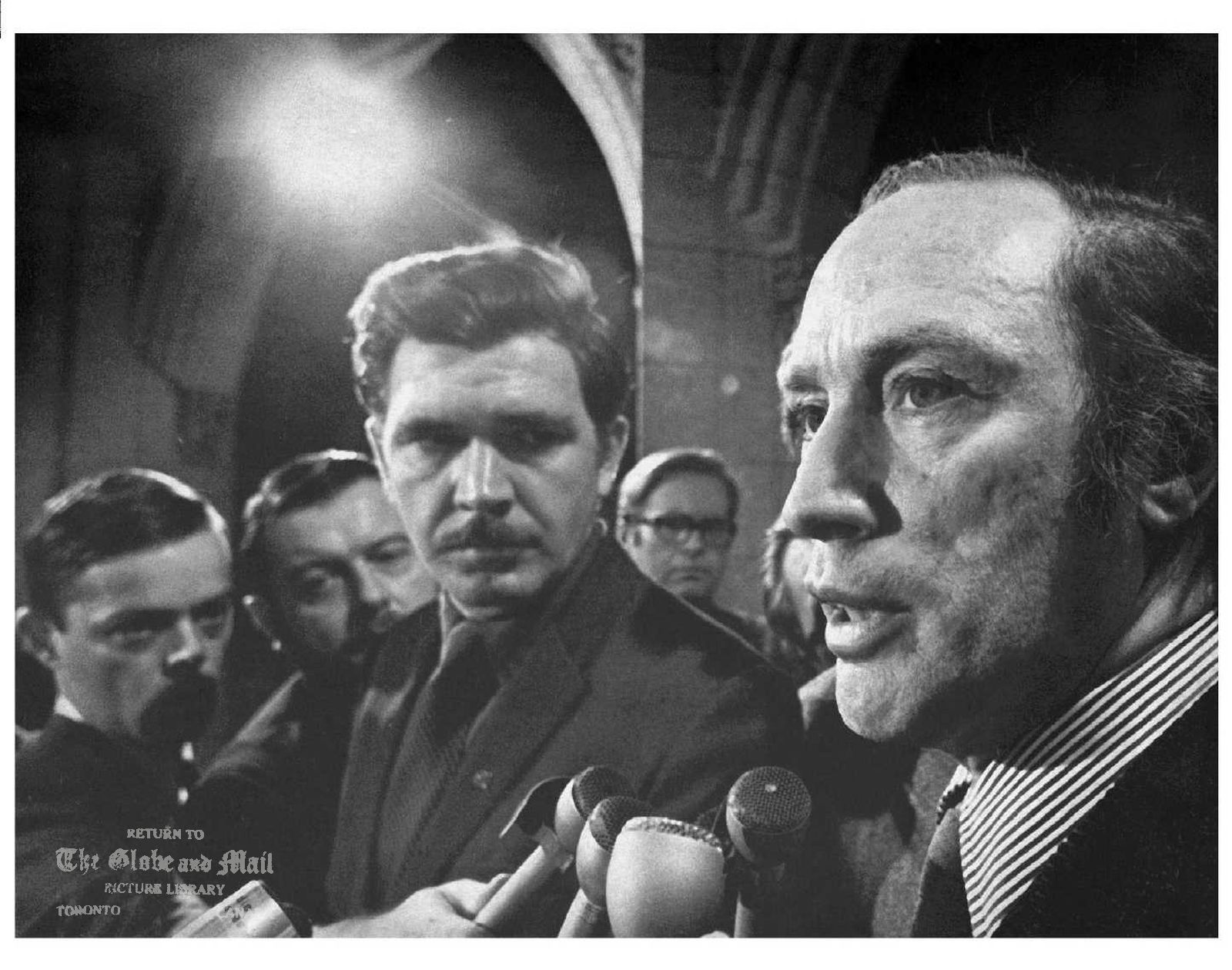 SEE WIRE STORY-AM-Trudeau-Anniversary (CPT6-Apr.19)--FLQ CRISIS--Thirty years ago Monday, Pierre Trudeau became Canada's 15th prime minister, arguably the most flamboyant and least forgettable. Trudeau updates reporters in Ottawa on the status of kidnapped British diplomat James Cross in this Dec. 3, 1970 file photo. (CP PHOTO) 1998 (Files-Staff-Chuck Mitchell) APR.24,2001 TUE FINAL NEWS-NATIONAL A8