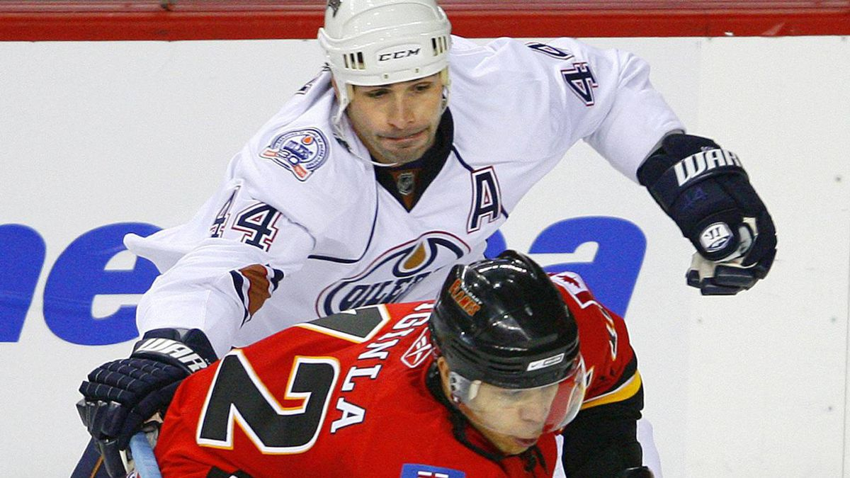 Edmonton Oilers defenceman Sheldon Souray (44) tries to slow down Calgary Flames captain Jarome Iginla during the third period of their NHL hockey game in Calgary, Alberta, April 11, 2009. REUTERS/Todd Korol