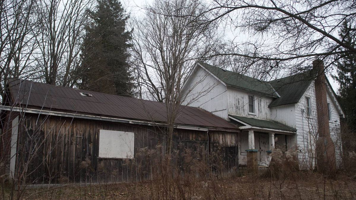 "This abandoned farmhouse in Pickering, pictured in 2011, was believed to house a ""confinement room"" in the basement, according to Durham police. The house was destroyed in a fire in January 2012."