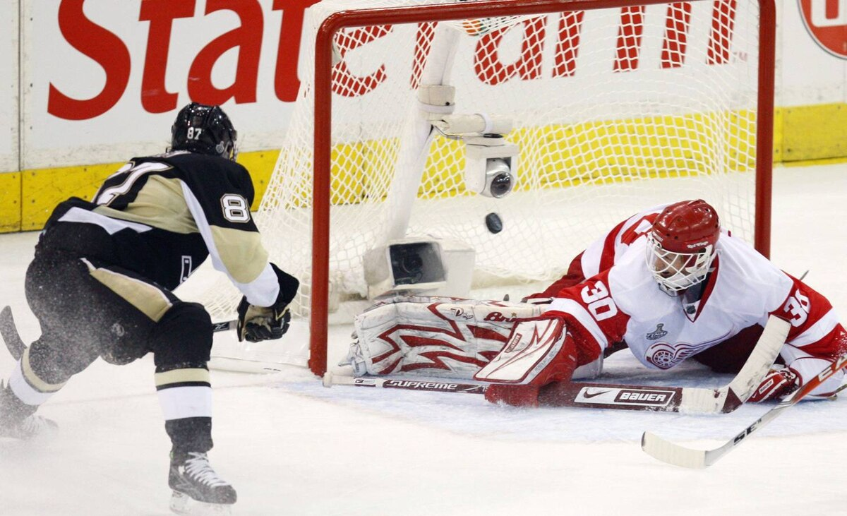 Crosby converted a Malkin pass off a two-on-one break to beat Osgood for a third-period goal.