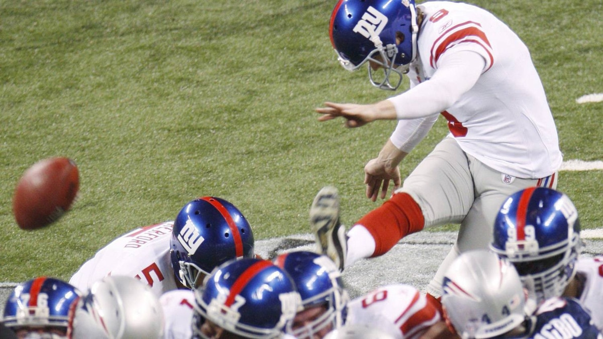 New York Giants kicker Lawrence Tynes scores 33-yard field goal against late in the third quarter to make the score 17-15. REUTERS/Brent Smith