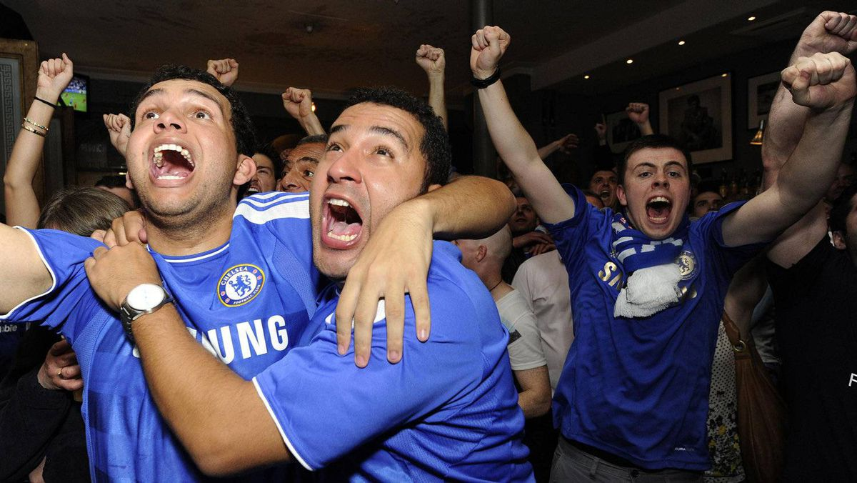Chelsea fans celebrate in a pub on Kings Road in west London, during the Chelsea vs Bayern Munich Champions League final, in London May 19, 2012. REUTERS/Paul Hackett