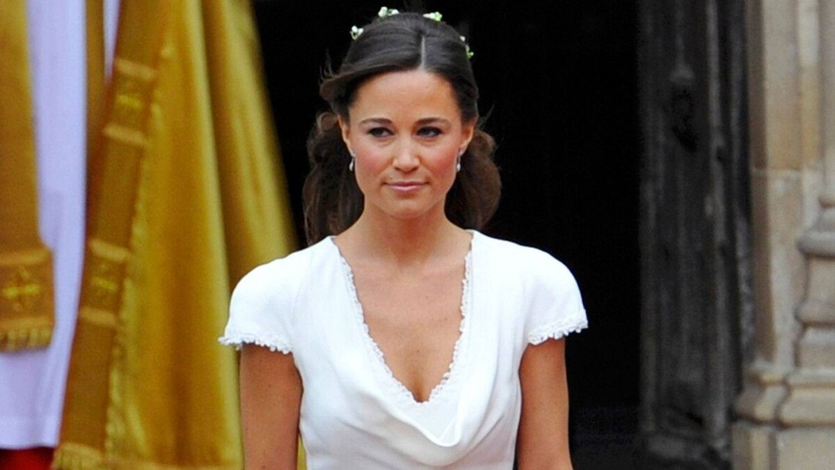 Pippa Middleton, the sister of Kate Middleton, walks to escort Kate at Westminster Abbey before her sister's marriage to Britain's Prince William in central London April 29, 2011.