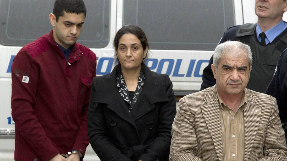 Mohammad Shafia (right), Tooba Yahya (centre) and their son Hamed Shafia (left) are escorted into the Frontenac County courthouse in Kingston, Ont.