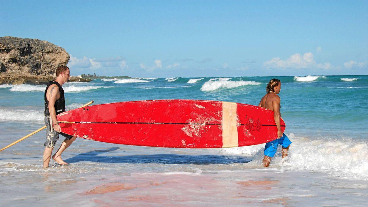 Robin Esrock begins his Stand Up Paddleboard lesson from Bajan national hero Brian Talma.
