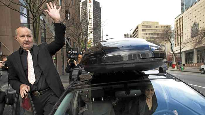 U.S. actor Randy Quaid waves to well wishers as he departs Canada Immigration Court with his wife Evi (R) in Vancouver, British Columbia November 8, 2010. Quaid has applied for asylum in Canada.