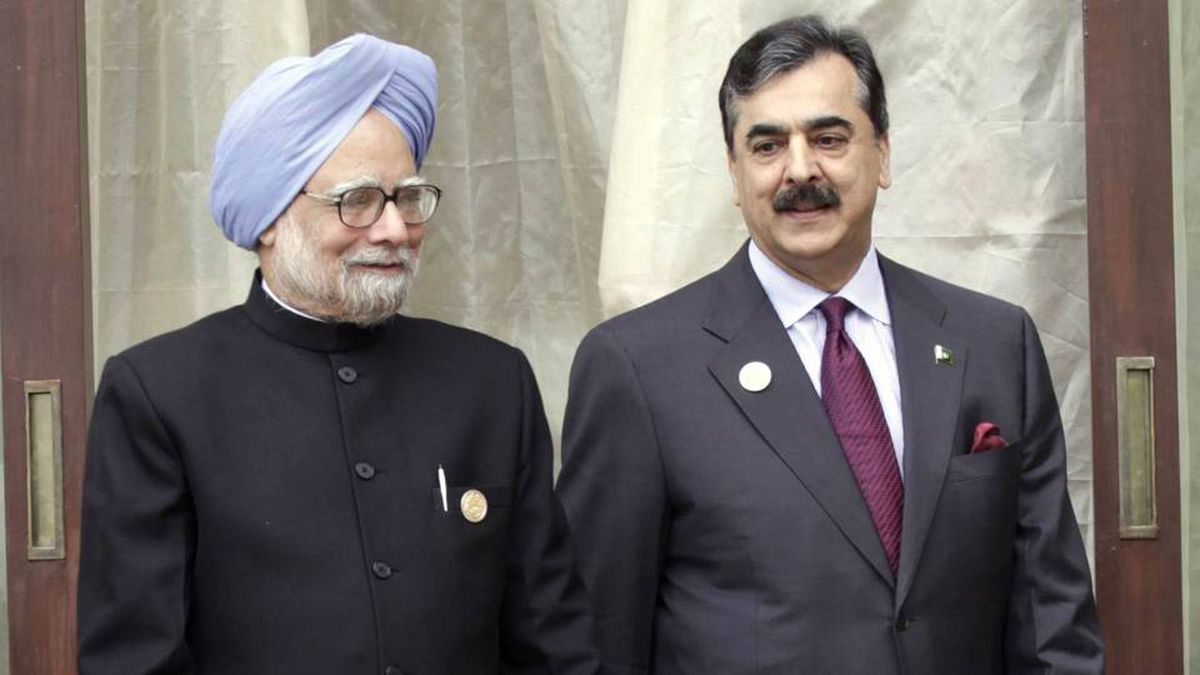 India's Prime Minister Manmohan Singh, left, and his Pakistani counterpart Yusuf Raza Gilani April of 2010.
