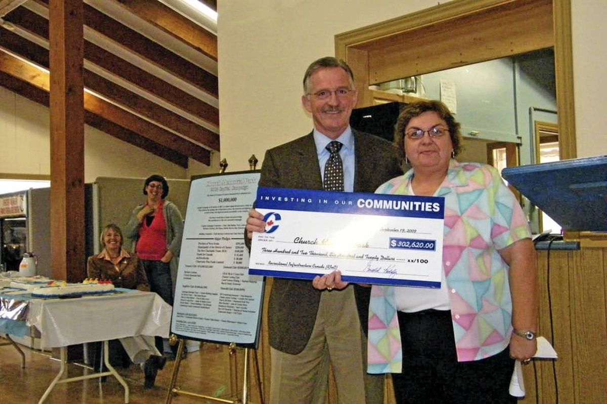 Conservative MP Gerald Keddy and Debra Reeves pose with a government stimulus cheque in Chester, N.S., last year.