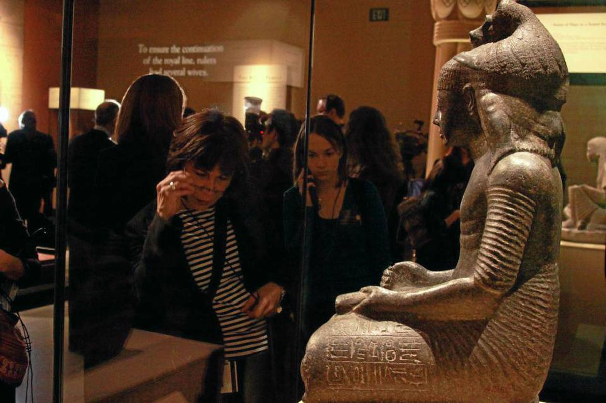 "Crowds angle for a view of ""Statue of Remessunakht as a scribe"", one of over 100 artifacts on display in the Art Gallery of Ontario's King Tut: The Golden King and the Great Pharaohs exhibition, on view through April 18, 2010. (CNW Group/Art Gallery of Ontario)"