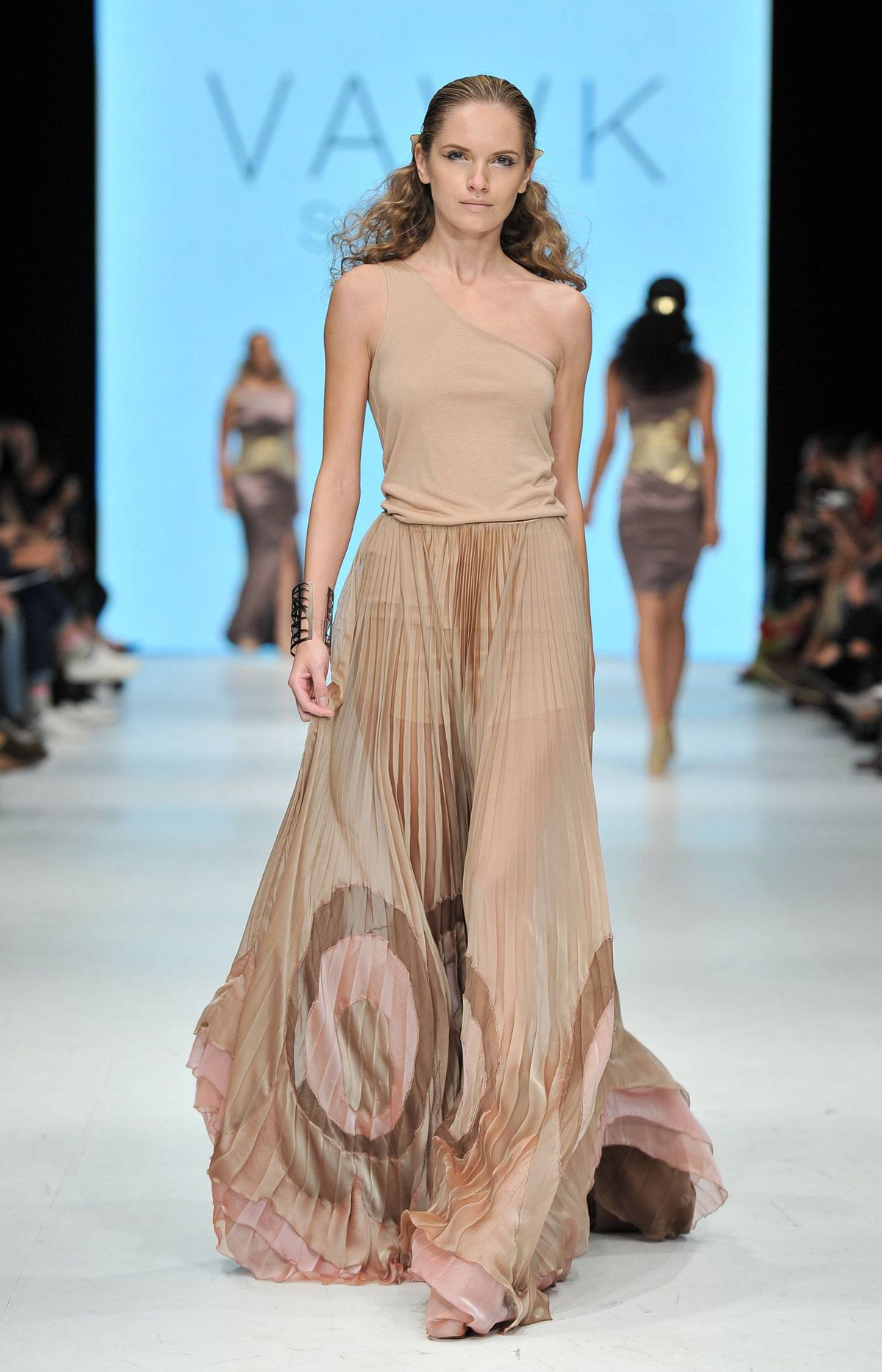 We smell competition for Greta Constantine: Vawk's spring collection was an elegant showing of high-glam evening wear in the softest combinations of muted gold, pale pink and sweet, mellow caramel.