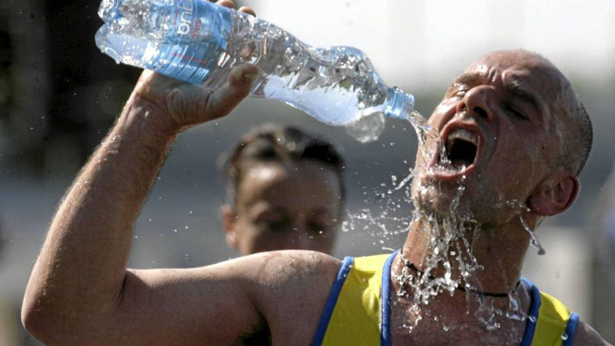 A runner drinks water at the refreshment station during Riga international marathon May 23, 2010. REUTERS/Ints Kalnins