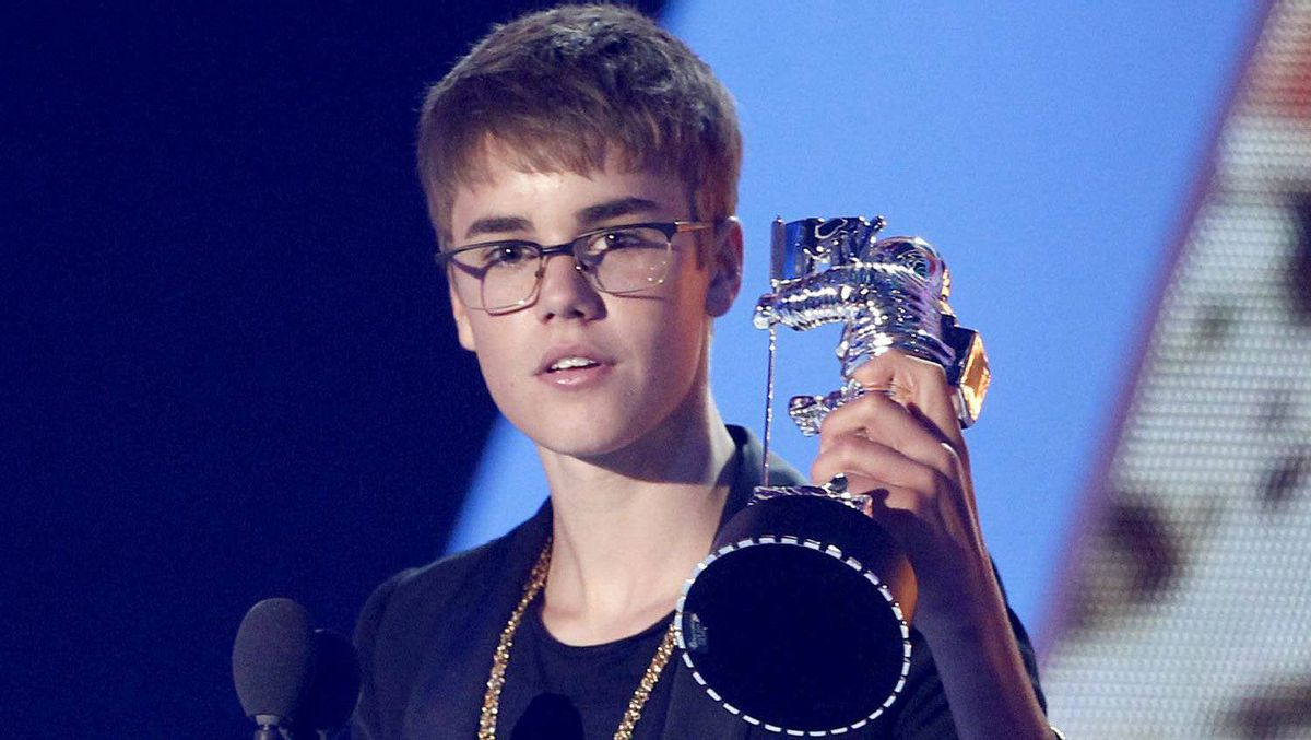 Justin Bieber accepts the award for best male video for U Smile.