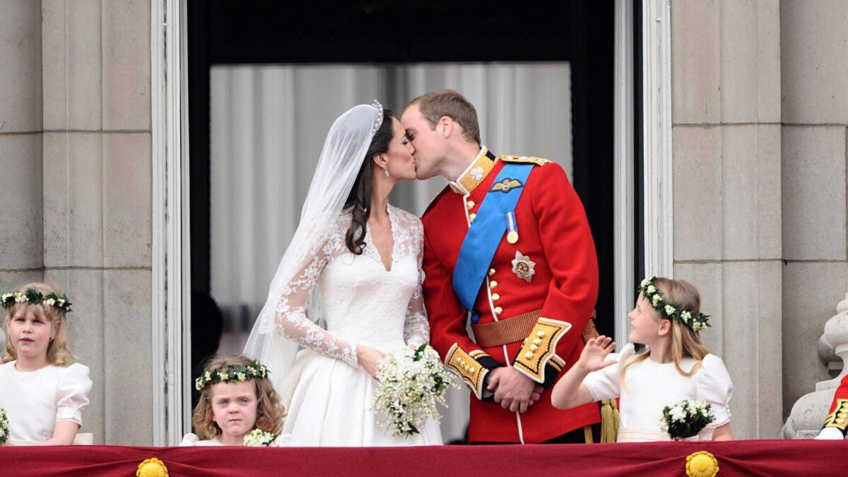 Britain's Prince William and his wife Kate, Duchess of Cambridge kiss on the balcony in Buckingham Palace, after the wedding service, on April 29, 2011, in London.
