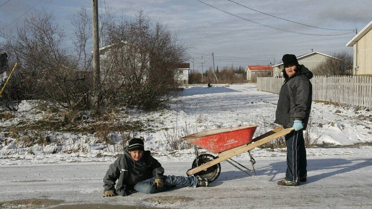 Children playing in the street in Attawapiskat.