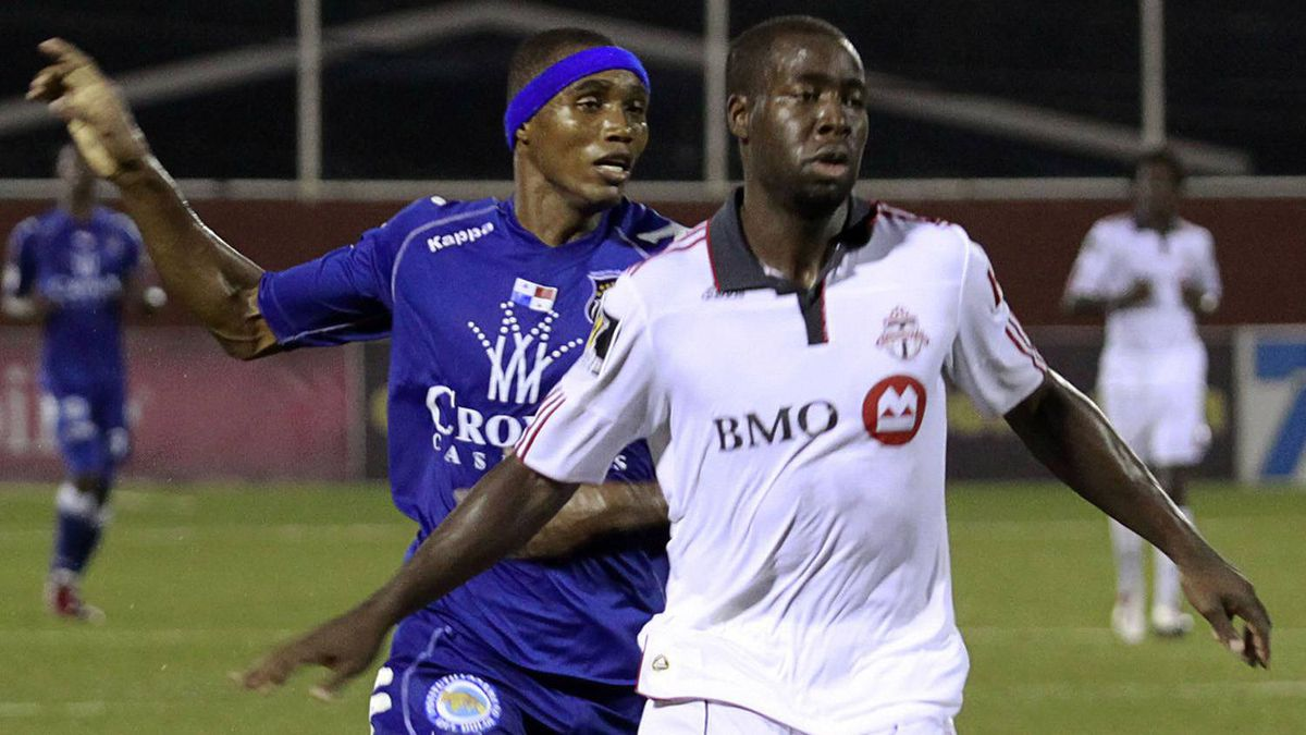 Manuel Mosquera (back) of Panama's Arabe Unido fights for the ball with Nana Attakora of Toronto FC during their CONCACAF Champions League soccer match in Panama City August 24, 2010.