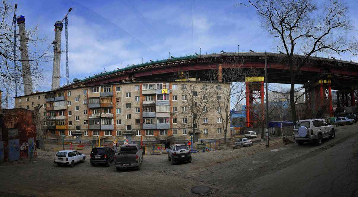 A 5-story apartment building happens to be in the way of the construction site of the Zolotoi Rog cable-stayed bridge over the Zolotoy Rog Bay. The bridge will be finished by the APEC summit in 2012.