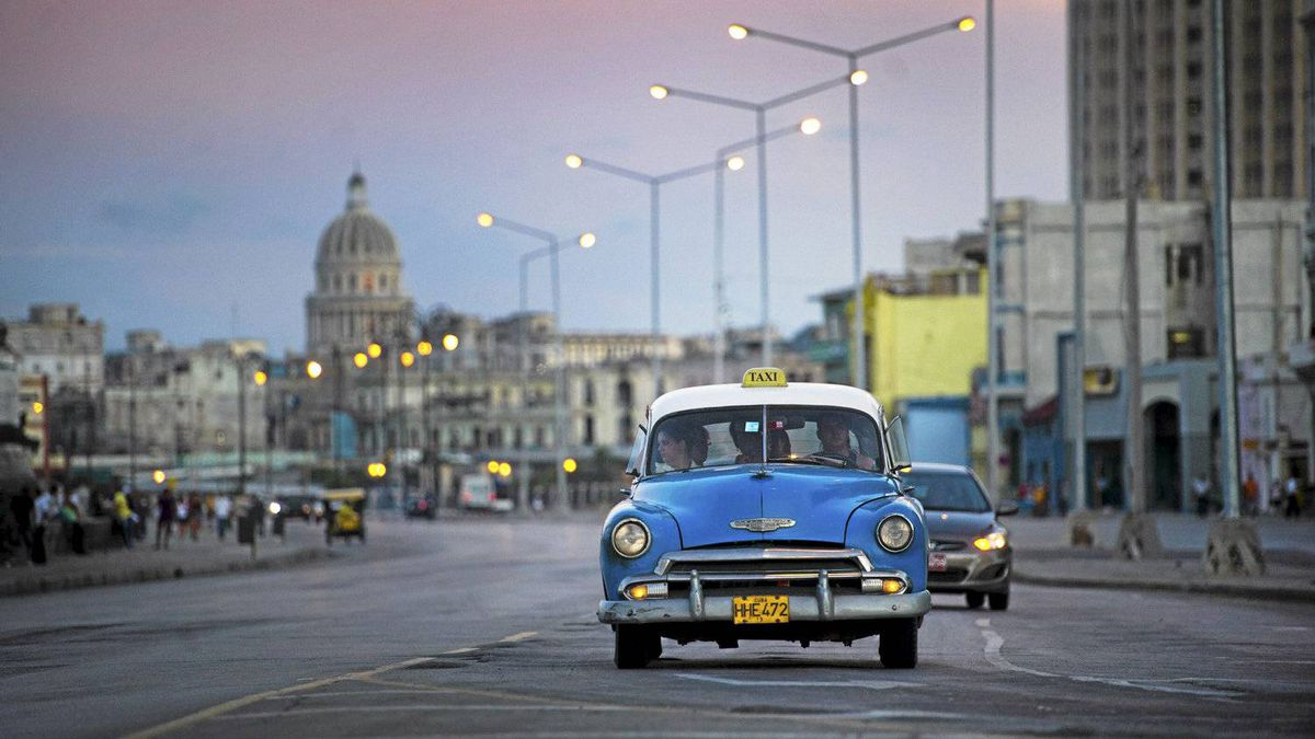 Motorists drive along the Malecon in Havana, Cuba Sept. 27/2001. For the first time since the revolution Cuban's will have the right to buy and sell cars.