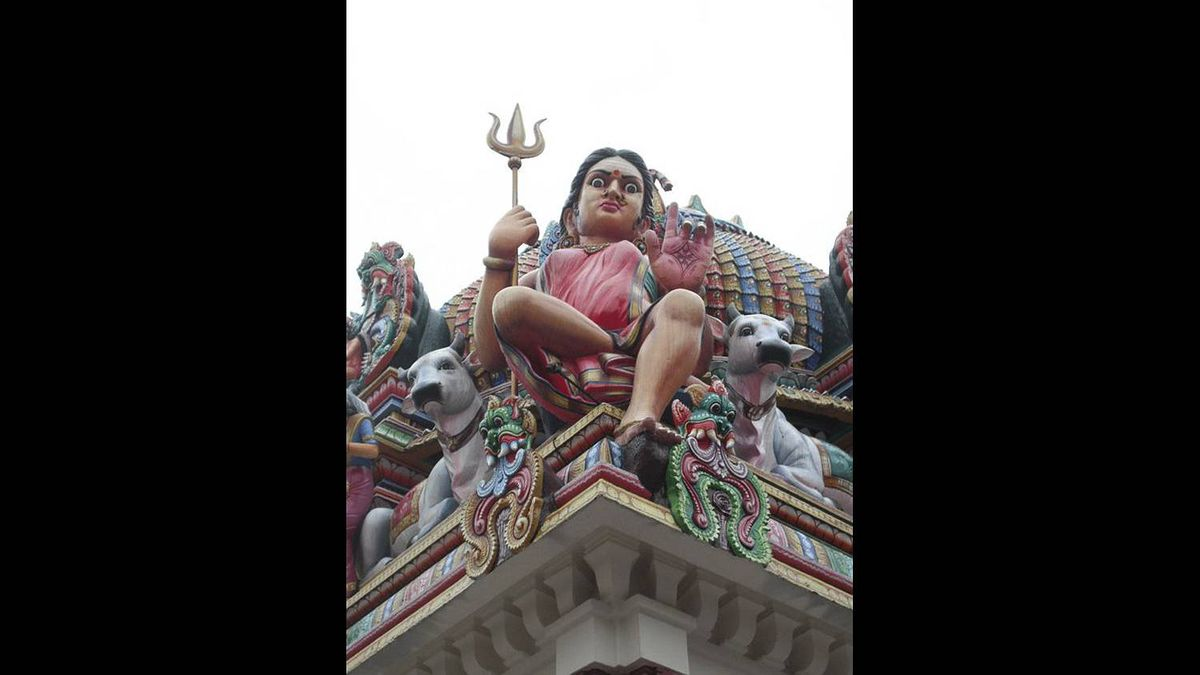 James Patrick Baglole photo: Sri Mariamman Temple - This statue is located in the 'Sri Mariamman Temple' Singapore. This picture was taken in late December, 2010.