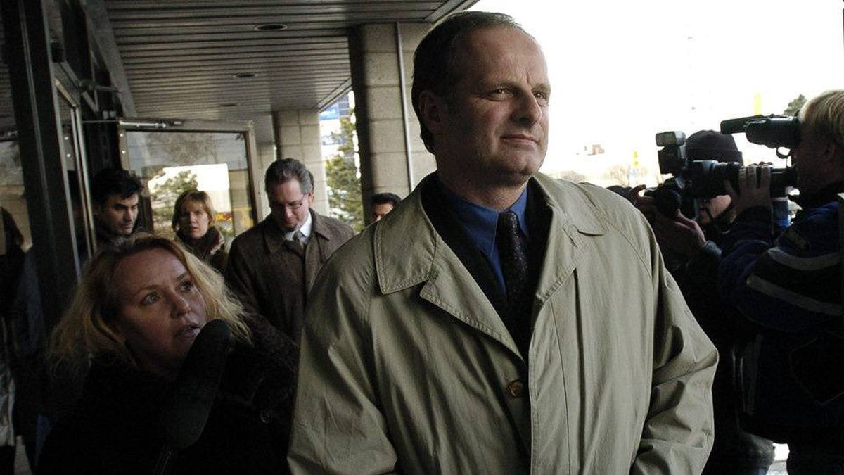 Staff Sgt. John Schertzer leaves provincial court in Scarborough in this Jan. 7, 2004, file photo.