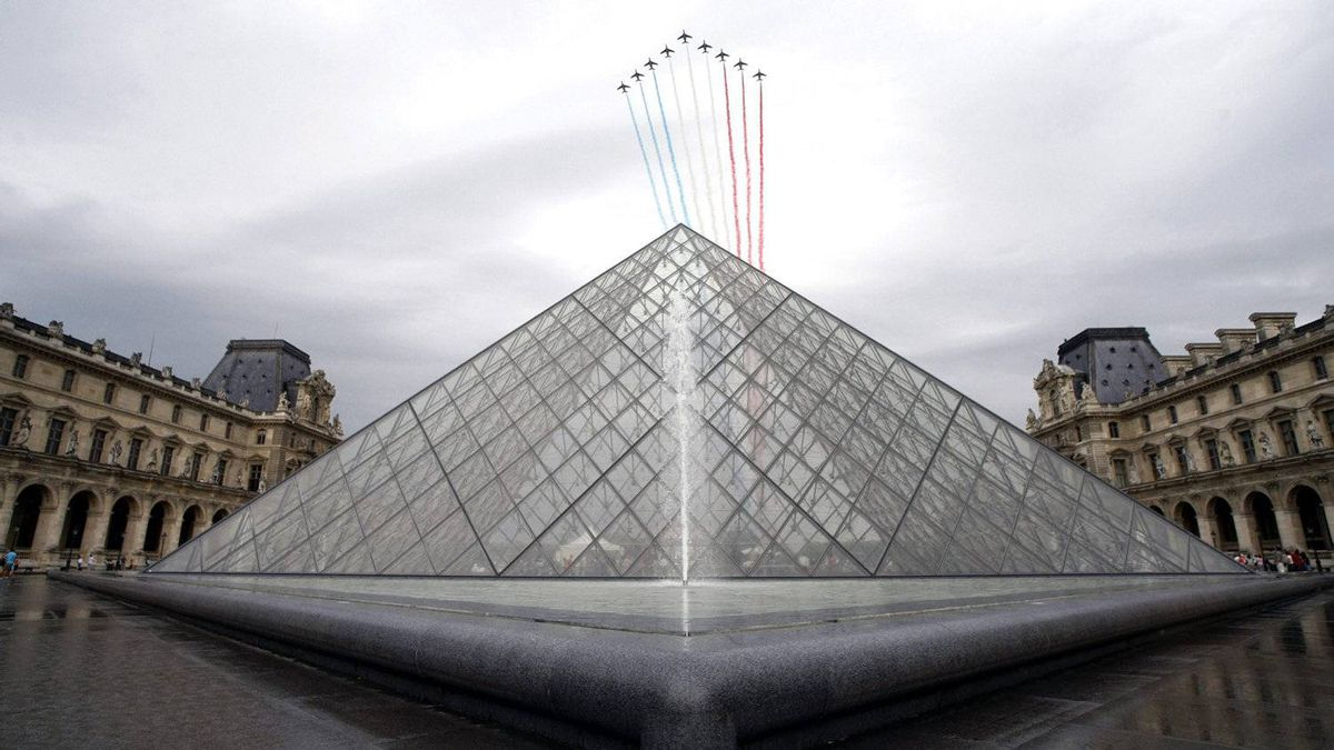Alphajets from the French Air Force fly above the Louvre pyramid in Paris on July 14, 2010, as part of the traditional Bastille Day parade.