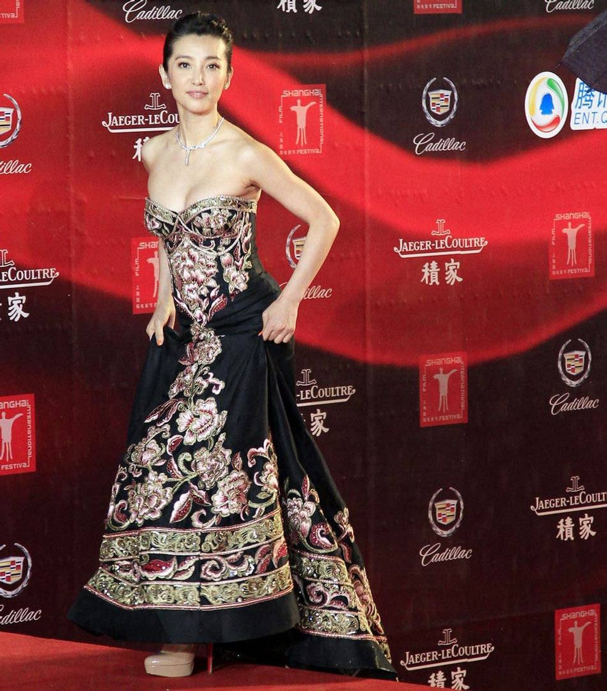 Chinese actress Li Bingbing walks on the red carpet prior to the opening ceremony of the Shanghai International Film Festival at Shanghai Grand Theater Saturday June 11, 2011 in Shanghai. China.