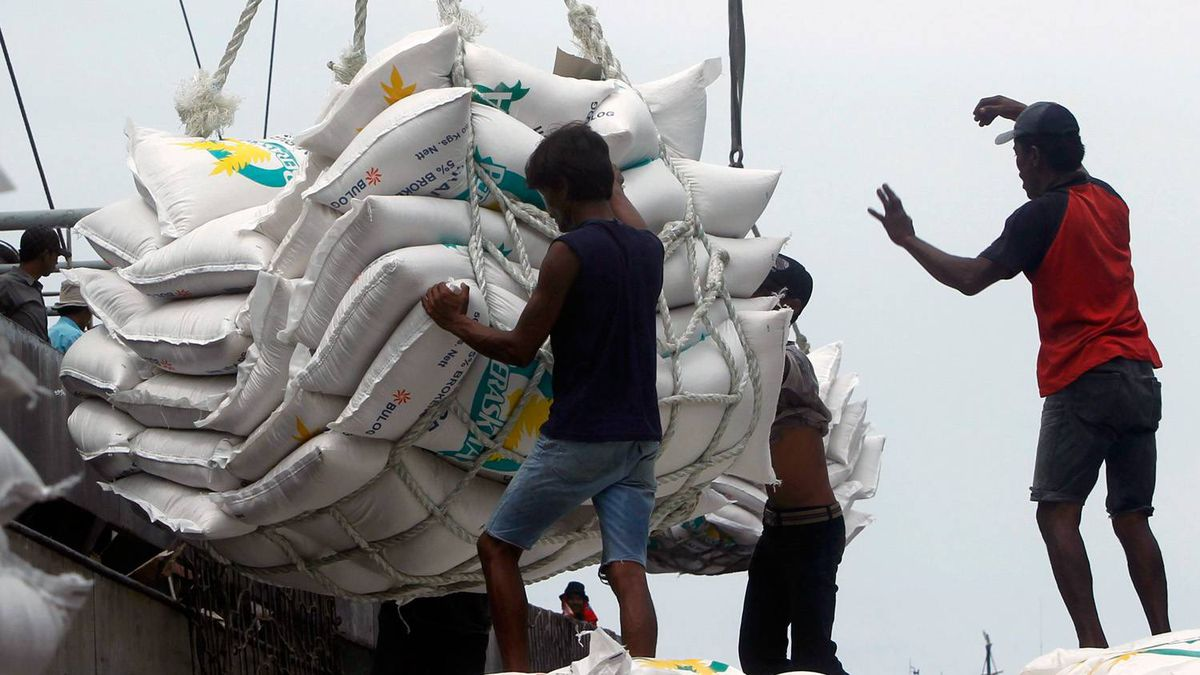 Workers unload 42,494 tonnes of Thai rice at the Tanjung Priok harbour in Jakarta January 25, 2011.