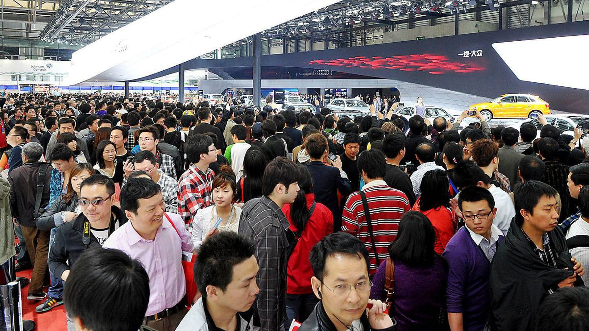 Visitors flock to the Shanghai Auto Show.