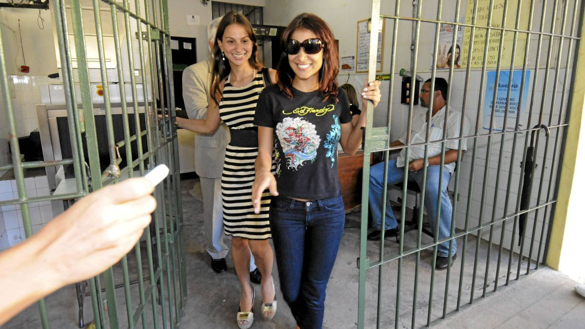 Amanda Rodrigues,front, leaves a women's jail with her sister Flavia in Pernanbuco, Brazil, on July 30, 2009. She may never escape suspicion in the case of Arturo Gatti, found dead on July 11, 2009, in a Brazilian hotel room.