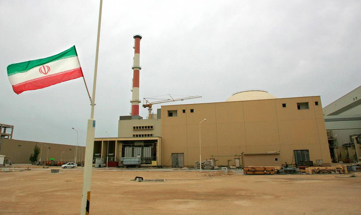 File picture dated April 3, 2007 shows an Iranian flag outside the building housing the reactor of the Bushehr nuclear power plant in the southern Iranian port town of Bushehr, 1200 Kms south of Tehran.
