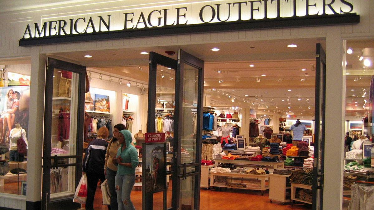 Teen clothing retailer American Eagle Outfitters has forecast a lacklustre second quarter.