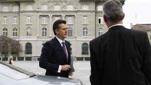 Swiss National Bank Chairman Philipp Hildebrand arrives in front of the Swiss National Bank building (back) for a news conference in Bern January 9, 2012. Hildebrand resigned with immediate effect.